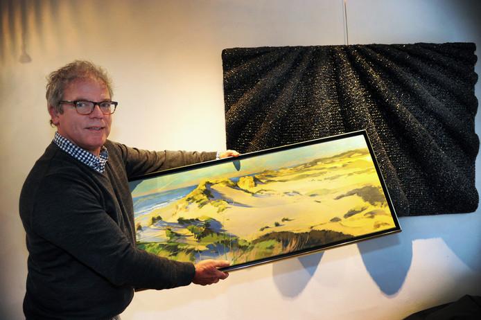 Chris Braat met werk van Olga de Munnik (aan de muur) en Hetty de Wette.