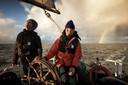 Schipper Dennis Stroombergen (met oranje jas) op zijn schip De Lichtstraal. Vracht is welkom.