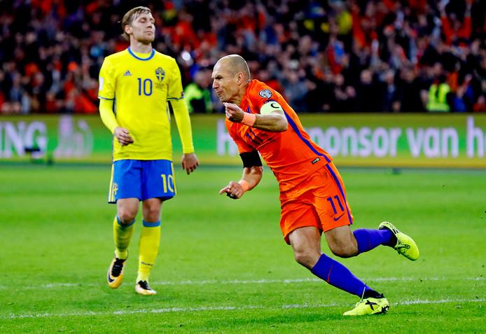 Arjen Robben viert zijn goal tegen Zweden. Na afloop kondigde de 33-jarige aanvaller zijn afscheid aan als international.