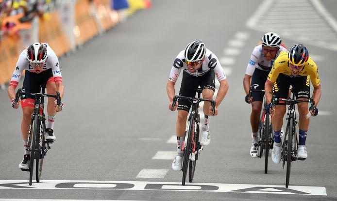 Hirschi (m) wordt verslagen in de sprint door Pogacar (l) en Roglic.