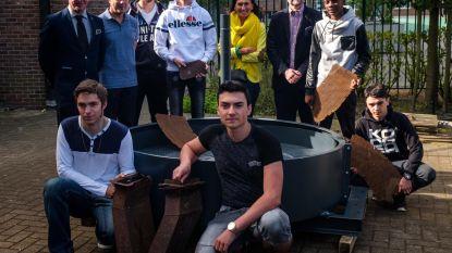 Leerlingen restaureren kleibreekmolen van Gilliot
