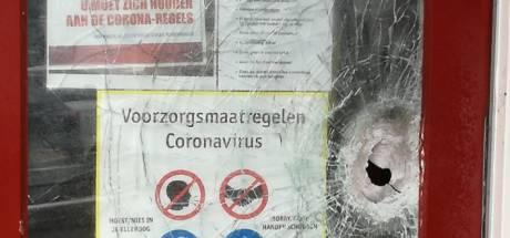 Zware vuurwerkbom treft kledingwinkel Leger des Heils; 'Wie doet nu zoiets? Kleding kun je gratis krijgen'
