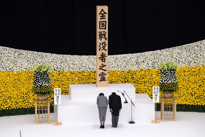 Keizer Naruhito en keizerin Masako zijn zaterdag voorgegaan bij de nationale herdenking van het einde van de Tweede Wereldoorlog in de Nippon Budokan arena in Tokio. Vanwege de coronamaatregelen waren daar dit jaar veel minder genodigden dan gebruikelijk.