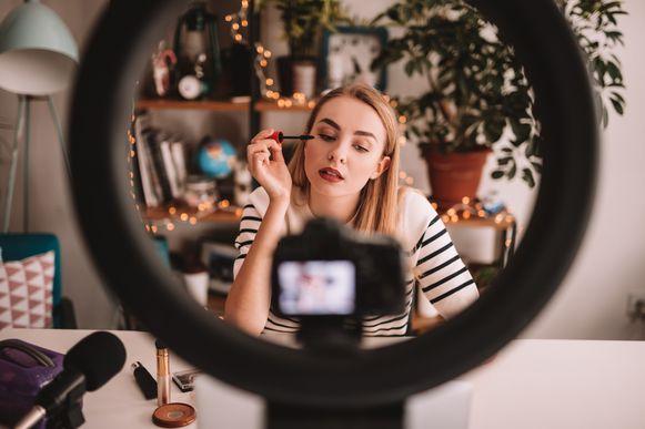 Een make-up-tutorial met gesponsorde mascara: ook in België verdienen tal van jongeren er een aardig centje mee.