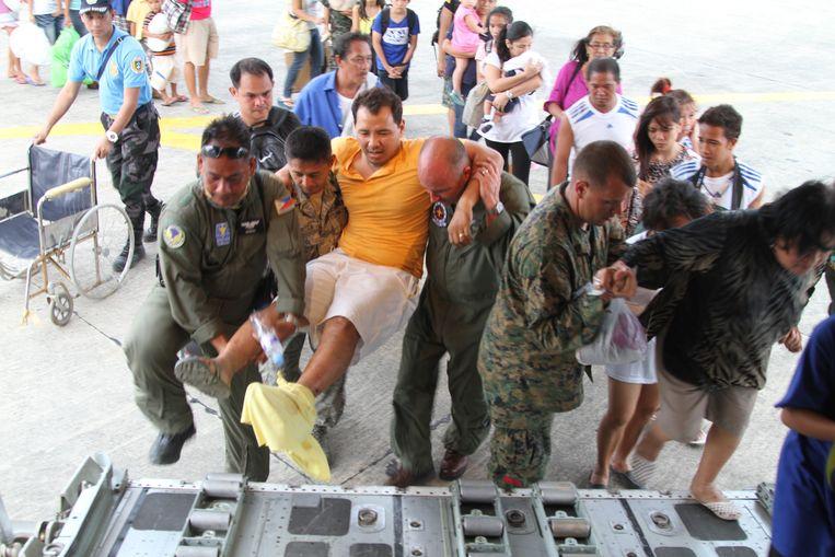Amerikaanse mariniers op de Filipijnen droegen de afgelopen dagen al bij aan de hulpverlening na het passeren van de tyfoon Haiyan. Beeld EPA