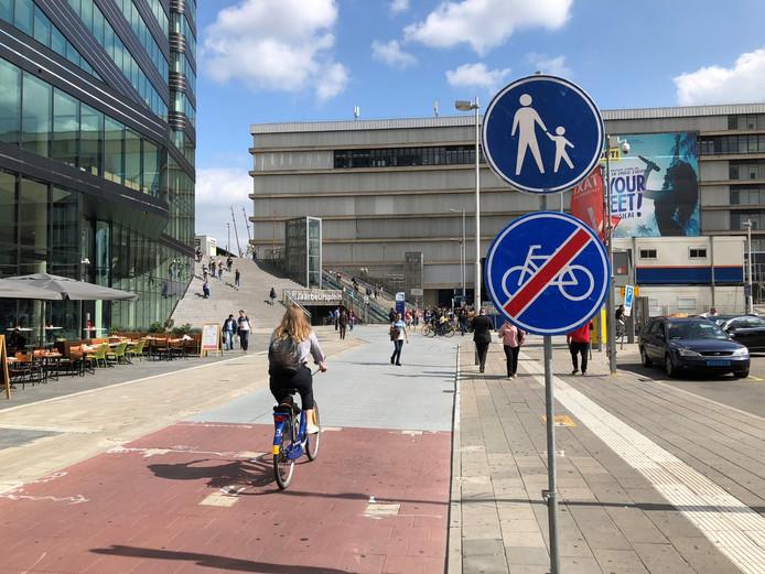 Het fietsverbodsbord op het Jaarbeursplein maakt vandaag plaats voor borden met de tekst 'shared space'.