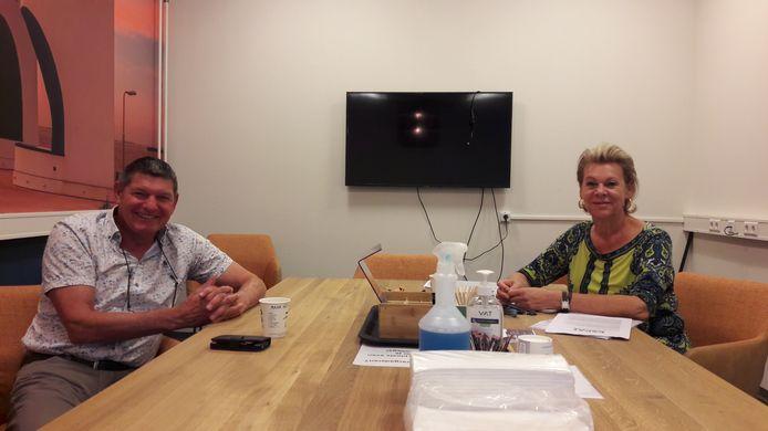 Ronald de Back (links) van het Werkservicepunt Zeeuws-Vlaanderen en adviseur Lian Heller van het Expat Center Zeeland in Terneuzen.