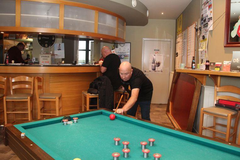 In Café De Klok in Erondegem speelde Jo Callebaut 25 uur onafgebroken gespeeld om geld in te zamelen voor het onderzoek naar speekselklierkanker.