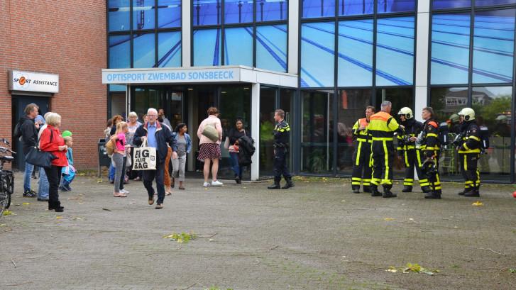 Zwavelzuurlek gedicht, zwembad Sonsbeeck in Breda na ontruiming weer vrijgegeven
