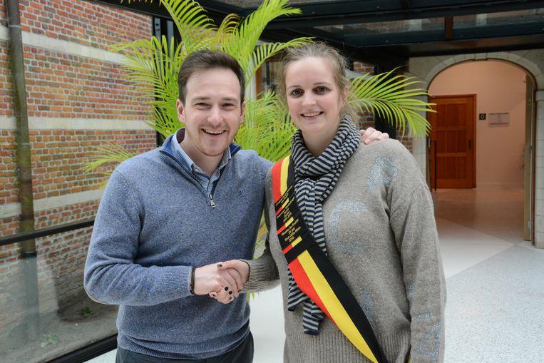 Francesco Vanderjeugd was dinsdag te gast in Sint-Gillis-Waas en overhandigde Maaike De Rudder de sjerp van 'jongste burgemeester'.