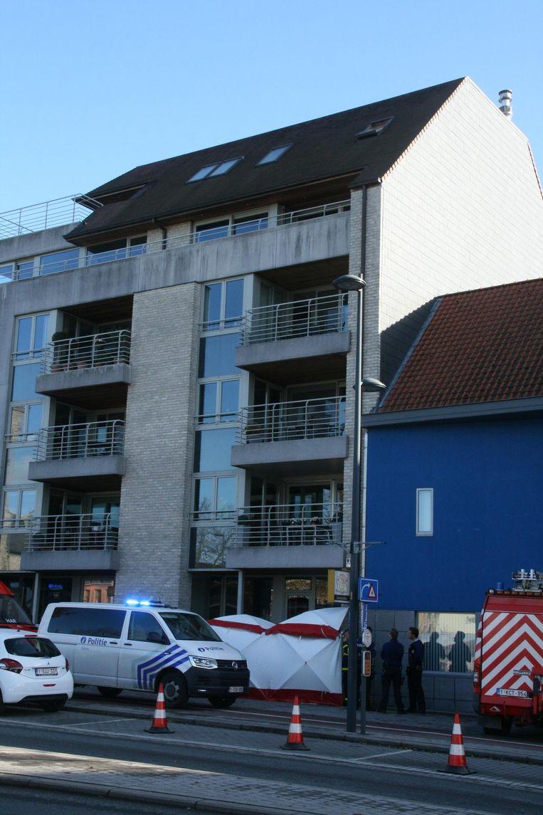 Een man sprong uit het raam van zijn appartement op de Markt na een echtelijke ruzie.