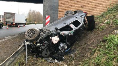 Auto rijdt zich te pletter tegen brugpijler van autosnelweg in Zandvoorde: twee personen nog in levensgevaar