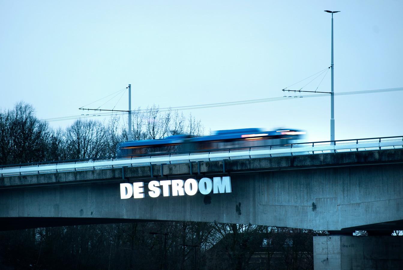 De Nelson Mandelabrug in Arnhem wordt rond Koningsdag in noordelijke richting afgesloten voor autoverkeer. De bussen kunnen de brug gewoon blijven gebruiken.