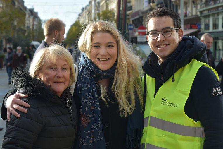 Organisatoren Eline Vermoesen en Wassim Essebane, samen met Frieda De Kerf, uitbaatster van de vernielde meubelzaak.