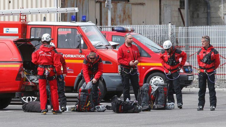 Franse brandweerlieden maken zich op om naar de rampplek te gaan. Beeld reuters