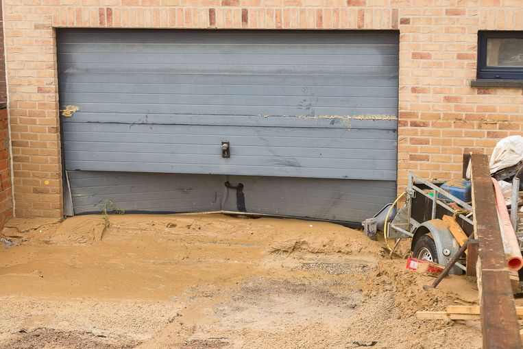 Illustration picture shows a damaged garage door, at the site of a large water spillage following the burst of the main water pipeline, in Sint-Pieters-Leeuw, Vlaams-Brabant, Friday 21 December 2018. Several residents of the 'Fazantenlaan' have been evacuated after the water leakage has created a giant crater in the middle of the street. BELGA PHOTO JAMES ARTHUR GEKIERE