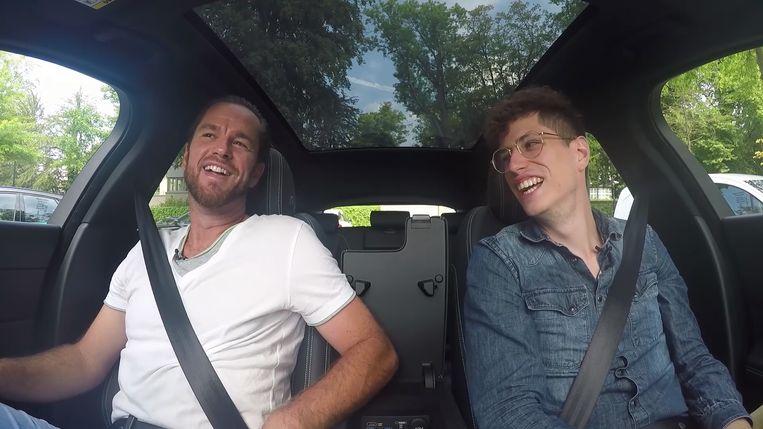Xavier Malisse in de auto met onze videoman.