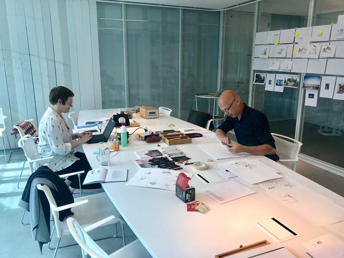 Anke Werker en Rick de Haas aan het werk in het TextielMuseum in Tilburg.
