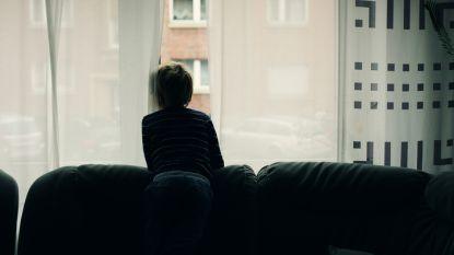 Moeder laat haar kinderen, 10 en 11, alleen thuis terwijl zij op vakantie gaat