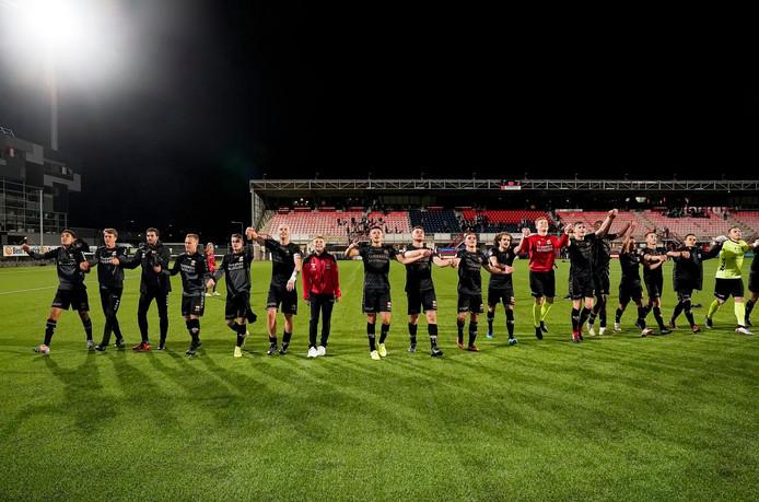 De spelers van Go Ahead Eagles vieren in Oss de eerste uitzege van het seizoen.