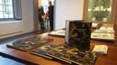 Het boek in het Stadhuismuseum in Zierikzee, op de achtergrond auteur Marco van de Plasse. In april  geeft het Stadhuismuseum een vervolg op het boek met een expositie gewijd aan vergankelijkheid