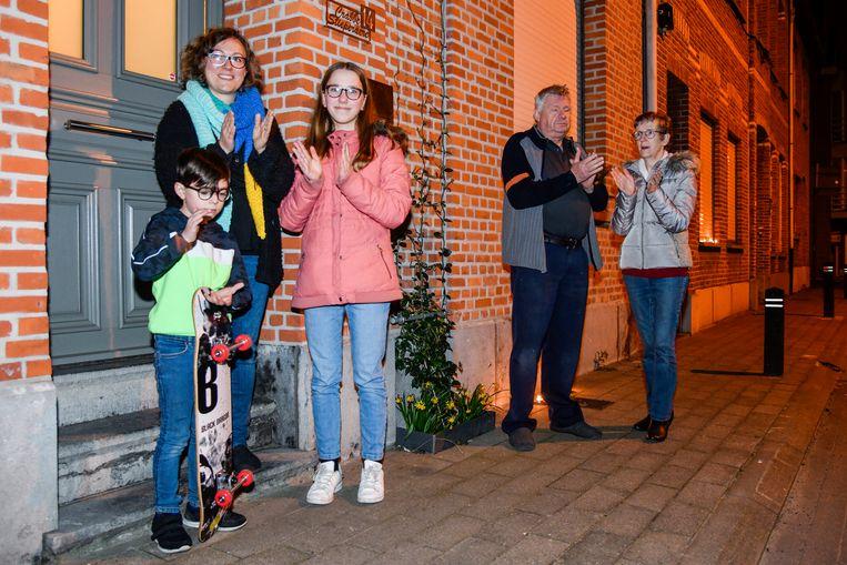 Jong en oud, in de Bareelstraat in Sint-Gillis deden bijna alle bewoners mee met de actie.