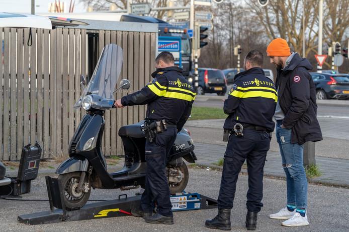 Een controle op de carpoolplaats in Alblasserdam.