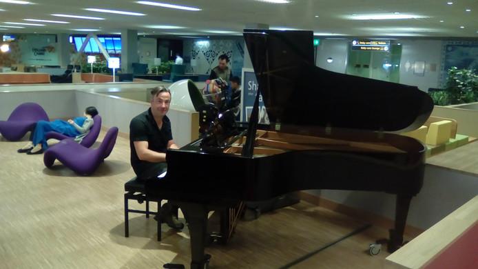 De piano op Schiphol is al geregeld door Jansen bespeeld.
