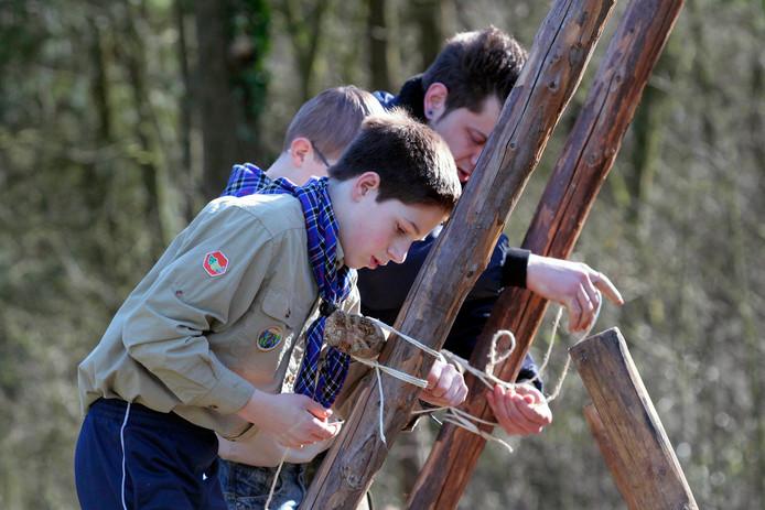 Knopen leggen op het terrein tijdens de opening van het nieuwe scoutinggebouw  van St. Jan en Scoutinggroep Rucphen in februari 2015.