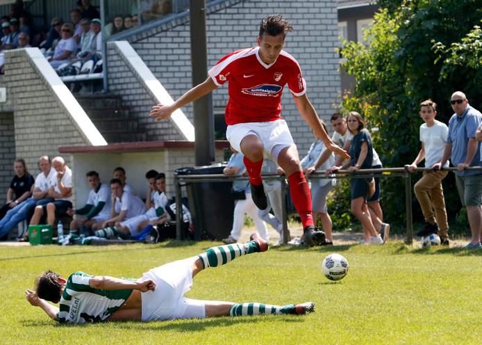 Boy van Steen van Rood-Wit ontwijkt een tackle.