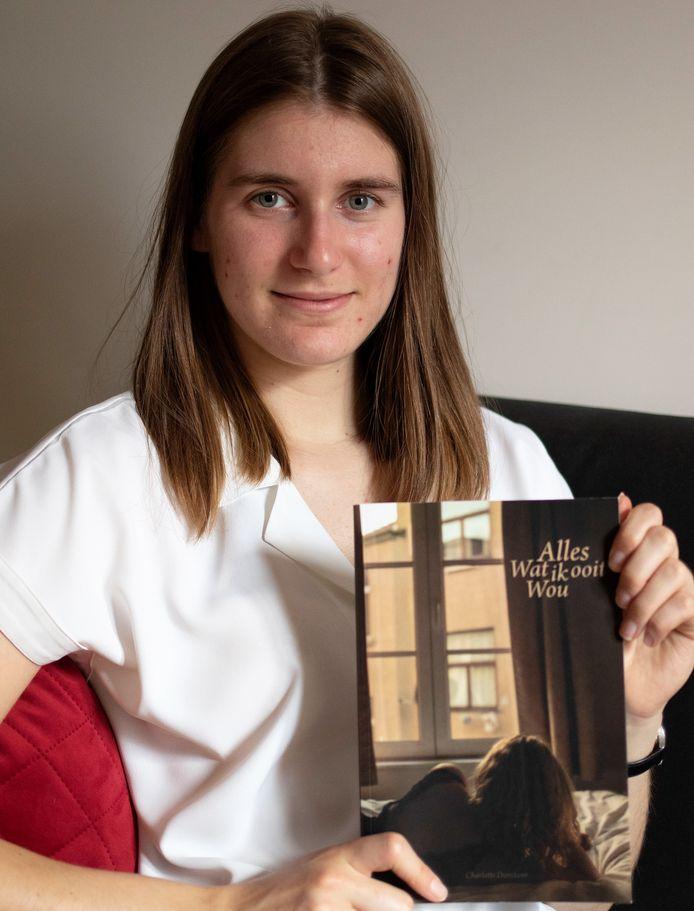 Charlotte Dierckens (18) met haar debuutroman
