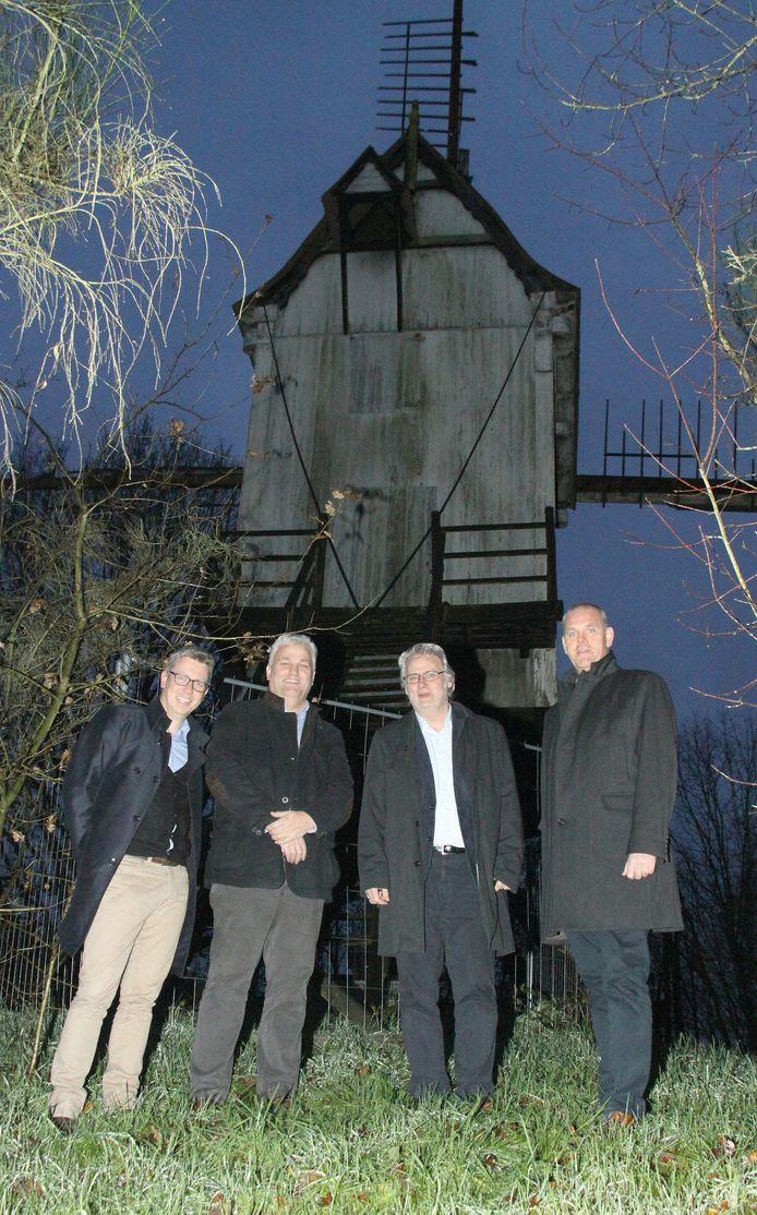 Schepen Kristof Welters, schepen Filip Verrezen, gedeputeerde Peter Bellens en burgemeester Guy Van Hirtum.