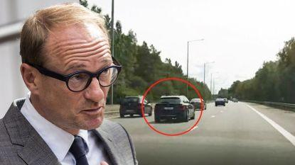 VIDEO. Oeps, moet u niet het goede voorbeeld geven en zo rechts mogelijk rijden, minister van Mobiliteit Ben Weyts?