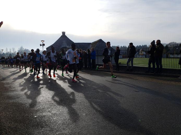 Frank Futselaar leidt meteen na de start de dans in de Montferland Run. Foto DG