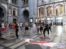 VIDEO. Flashmob in Centraal station voor betere toegankelijkheid openbaar vervoer voor rolstoelpatiënten