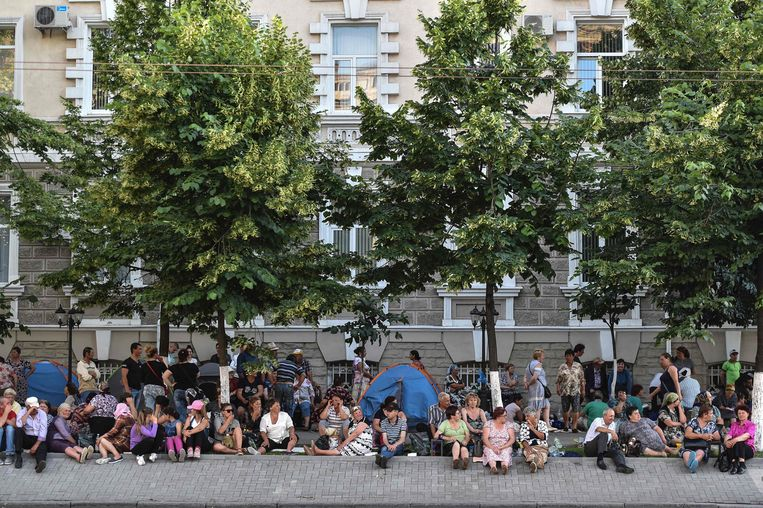 Aanhangers van de vorige regeringspartij DP bivakkeren voor het ministerie van Binnenlandse Zaken in de hoofdstad Chisinau. Beeld AFP