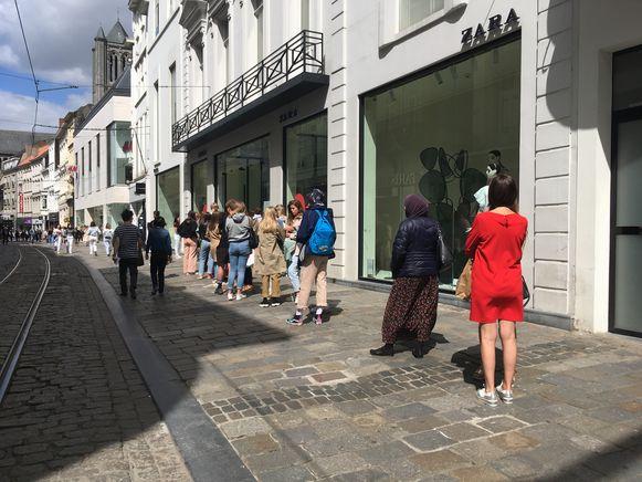 Allemaal in de rij in de Veldstraat, bij Zara.