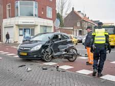Zwaargewonde scooterrijder met spoed naar ziekenhuis door botsing met auto in Tilburg