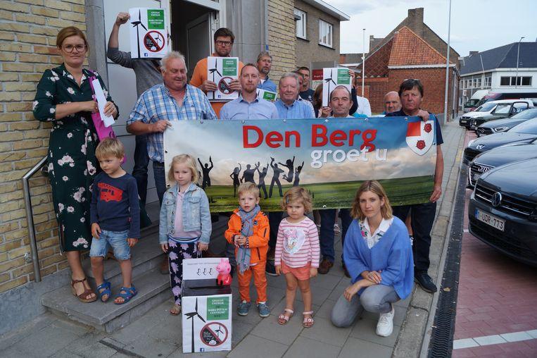 Actiecomité Leefbaar Pittem en de bewoners van Pittem Berg, tijdens een actie vorig jaar aan het gemeentehuis.