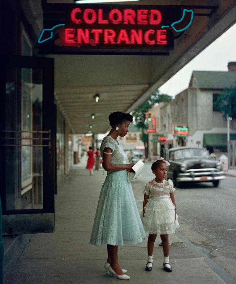 Vrouw met nichtje bij de ingang voor kleurlingen bij een biosocoop Beeld Gordon Parks Courtesy The Gordon Parks Foundation