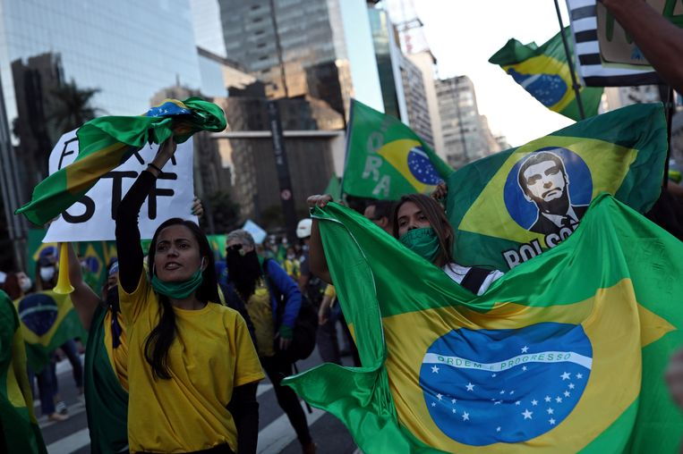 Medestanders van de Braziliaanse president Jair Bolsonaro demonstreren tegen de maatregelen van de gouverneur van Sao Paulo, die zijn bedoeld om het coronavirus in te dammen. Beeld REUTERS