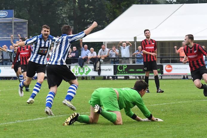 Merijn Elbers (7) juicht na zijn doelpunt tegen Pusphaira, in de verloren nacompetitiefinale van vorig seizoen.