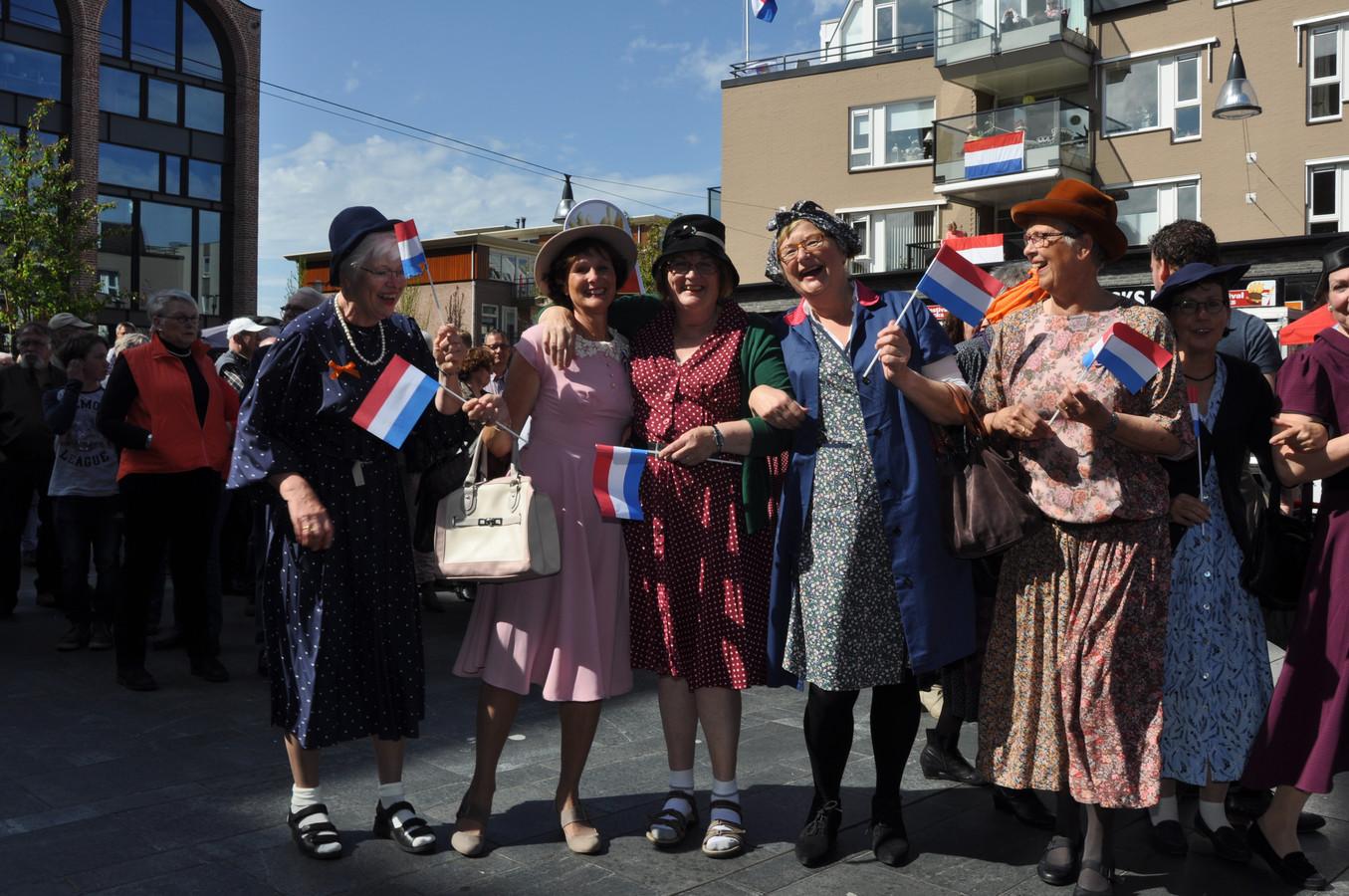 Allemaal gekleed in de mode van de oorlogsjaren 1940-1945.