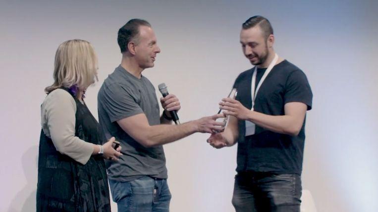 Chris Schalenborgh (rechts) kreeg de award uitgereikt uit handen van de CEO van eBay in California.