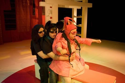 Scène uit Mikado van theaterwerkgroep Tiuri uit Breda
