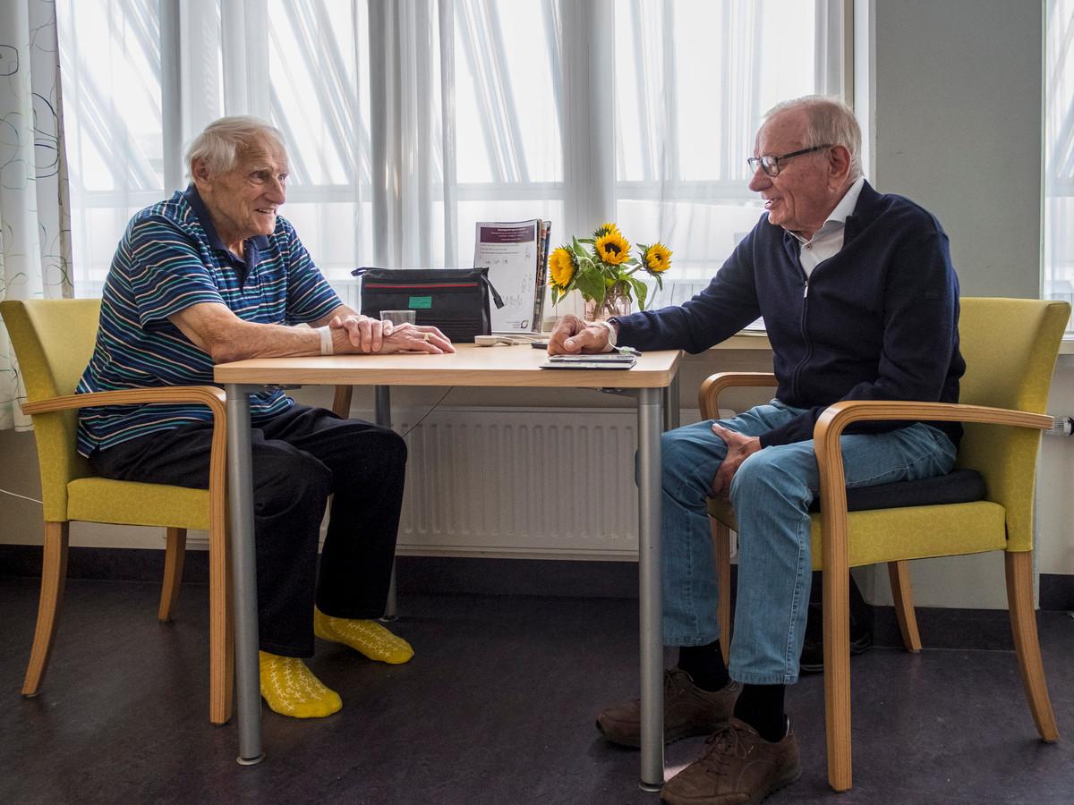 Herman en Han (rechts) hebben elkaar gevonden op de longafdeling van het SKB in Winterswijk.