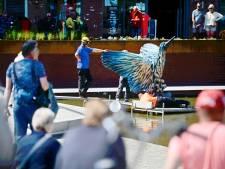 Honderden zien hoe IJsvogels van Anne Wenzel neerstrijken in hartje Almelo