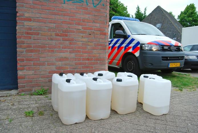 Vaten met vermoedelijk drugsafval in Tilburg
