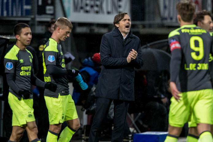 Phillip Cocu moedigde zijn ploeg tegen Sparta aan en boekte ook in Rotterdam een zege met PSV.