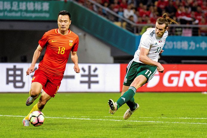 Gareth Bale (r).